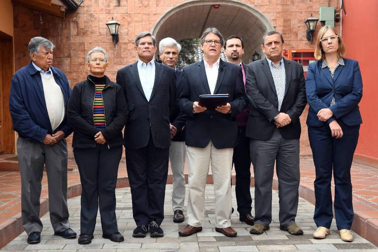 O chefe negociador do governo da Colômbia, Gustavo Bell (4º à dir), nas negociações de paz com o ELN, com equipe em Quito, no Equador