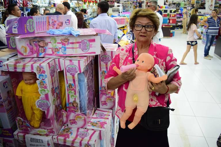 """Mulher segura boneca com """"pênis"""" em loja de Ciudad del Este (Paraguai)"""