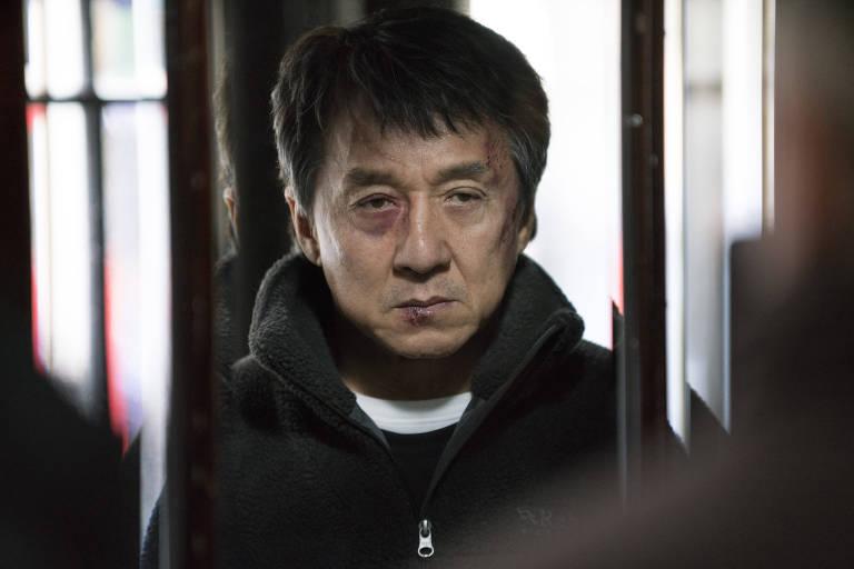 """O ator Jackie Chan em cena do filme """"O Estrangeiro"""""""