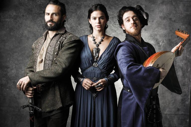 Da esq. para dir., Constantino (José Fidalgo), Catarina (Bruna Marquezine) e Istvan (Vinicius Calderoni)