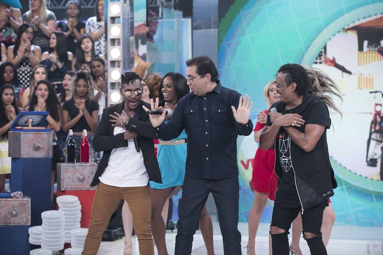 """Geraldo Luís entra no ritmo do É o Tchan no palco do """"Domingo Show"""""""