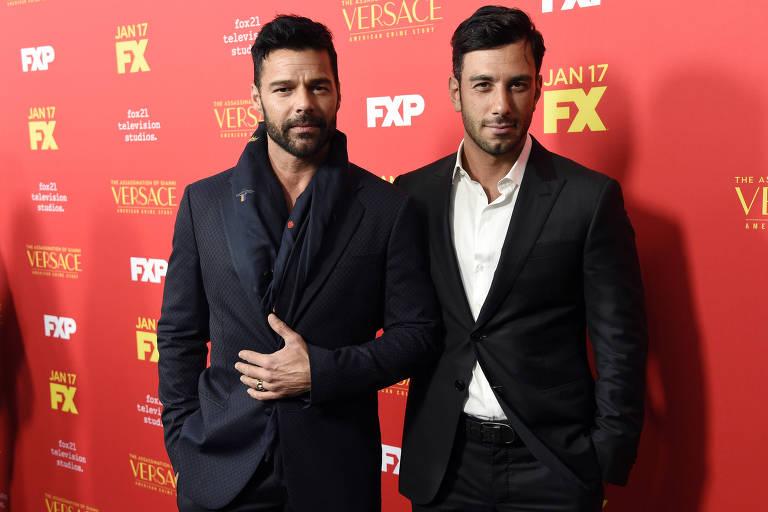 """Ricky Martin e o companheiro, Jwan Yosef, no lançamento da nova temporada de """"American Crime Story"""""""