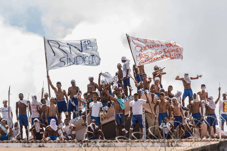 Presos rebelados sobem no telhado da Penitenciária Estadual de Alcaçuz, em Nísia Floresta, na região metropolitana de Natal, também em janeiro de 2017