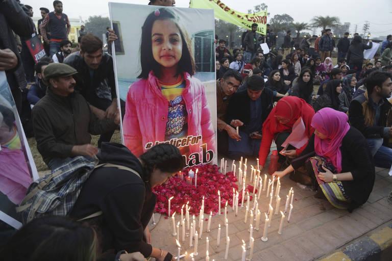 Estudantes acendem velas em protesto contra o estupro e a morte de Zainab Ansari em Kasur, no Paquistão