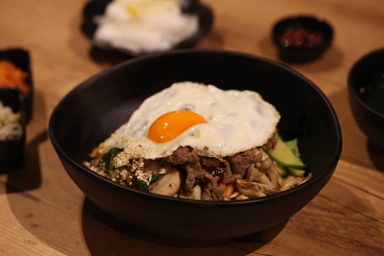 Bibimbap, mexido de arroz branco com legumes, vegetais, contrafilé e ovo frito, do Surah