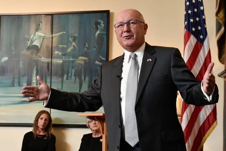 O embaixador dos EUA na Holanda, Peter Hoekstra, chegou ao país com polêmica com a imprensa