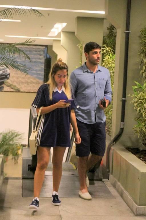 Anitta e marido, o empresário Thiago Magalhães, passeiam em shopping do Rio