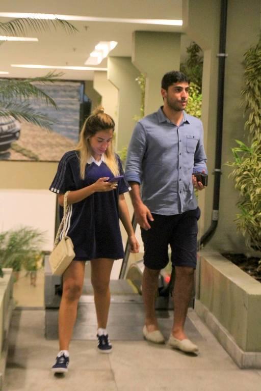 Anitta passeia com marido em shopping no Rio