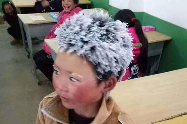 Wang Fuman, 8, caminha cerca de 4,5km para chegar à escola, no vilarejo vizinho