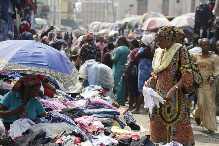 Pessoas fazem compras em mercado em Lagos, na Nigéria