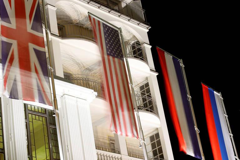 Hotel exibe bandeiras de países em Davos; cidade se prepara para receber o fórum