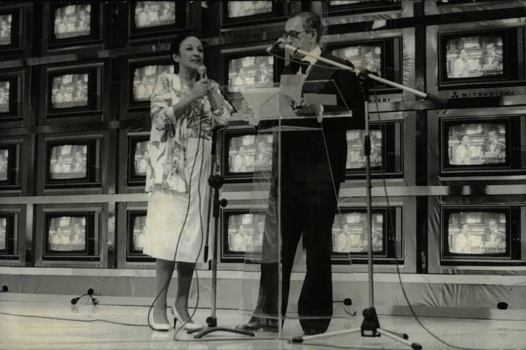 """O apresentador Flávio Cavalcanti quando comandava na TV Bandeirantes o programa """"Boa Noite Brasil"""", em 1982"""