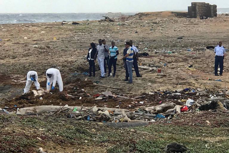 Peritos retiram corpo de imigrante venezuelano que morreu em naufrágio a caminho de Curaçao