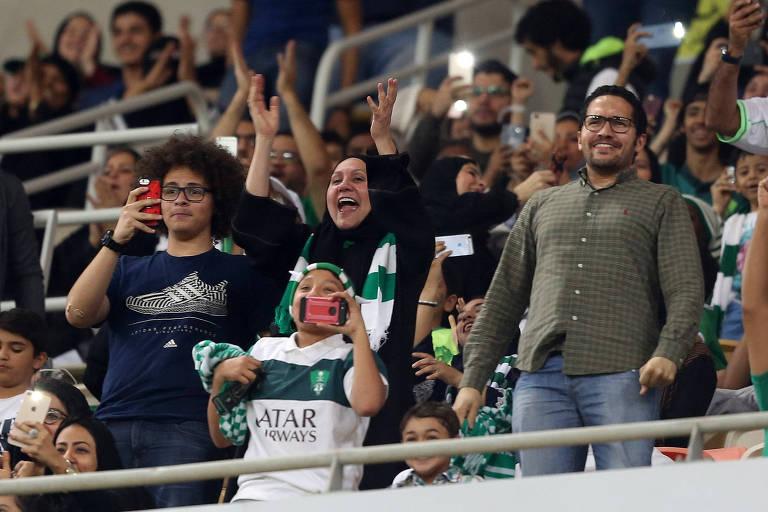 Mulher com vestimenta islâmica assiste a jogo de futebol em estádio de Jidda; Arábia Saudita autorizou mulheres a frequentarem estádios de futebol