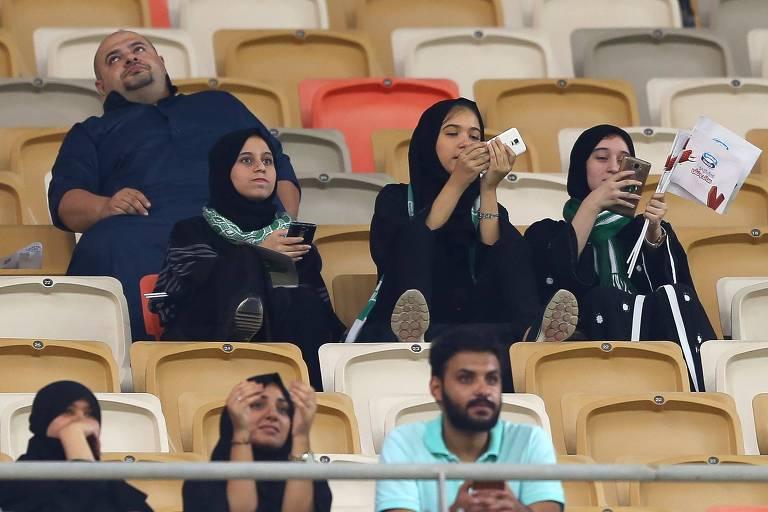 Torcedoras sauditas em jogo do Al-Ahli contra o Al-Batin pela liga nacional de futebol