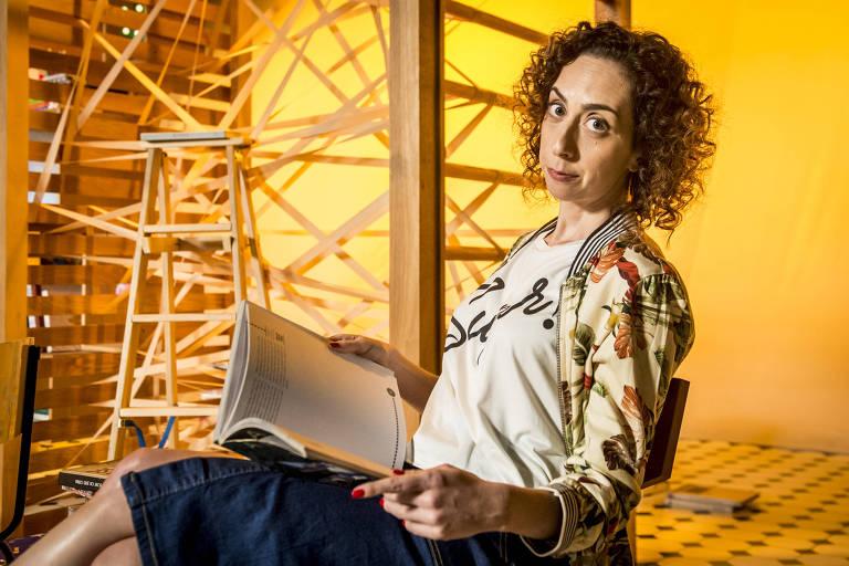 """Mariana Armellini posa como Brigitte, de """"Malhação: Vidas Brasileiras"""", próxima temporada da novelinha. Na trama, ela será professora de matemática e melhor amiga da protagonista, Gabriela (Camila Morgado)."""