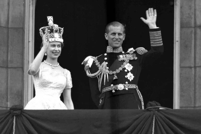 A rainha Elizabeth 2ª e o príncipe Philip acenam do palácio de Buckingham após sua coroação, em 1953