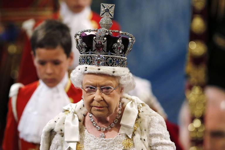 A rainha Elizabeth 2ª usando a Coroa Imperial do Estado na abertura do parlamento em 2015