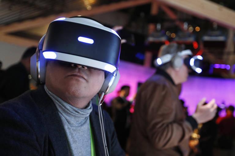 Pessoa usa óculos de realidade virtual