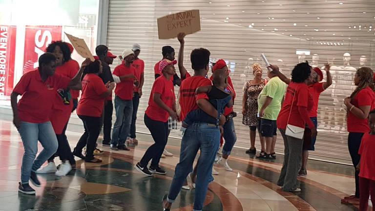 Loja da H&M em Joanesburgo, África do Sul, é destruída em protesto contra racismo neste sábado
