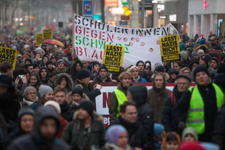 Protesto em Viena contra o novo governo austríaco, que inclui uma sigla de extrema direita