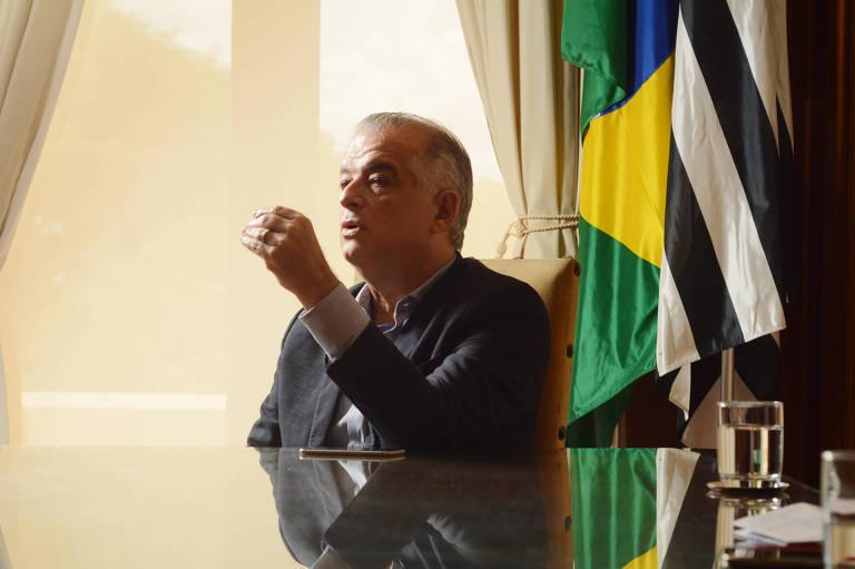 O vice-governador de São Paulo, Márcio França (PSB), durante entrevista à Folha; ele está sentado à mesa do Palácio dos Bandeirantes e gesticula com a mãe esquerda ao falar