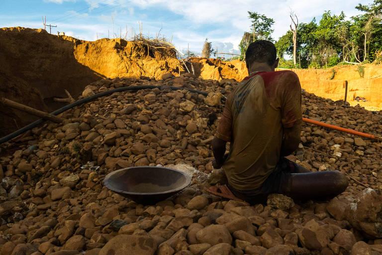 Mineiro limpa pedras em busca de ouro