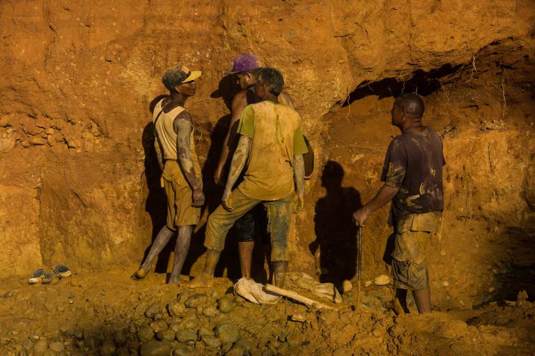 Mineiros trabalham em uma das minas nas redondezas de El Callao, na Venezuela