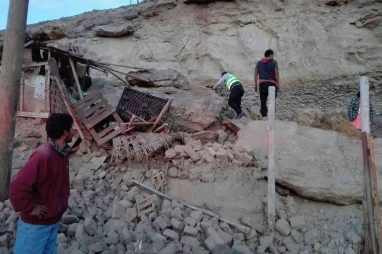 Pessoas procuram vítimas em escombros após terremoto em Yauca, no departamento de Arequipa, Peru