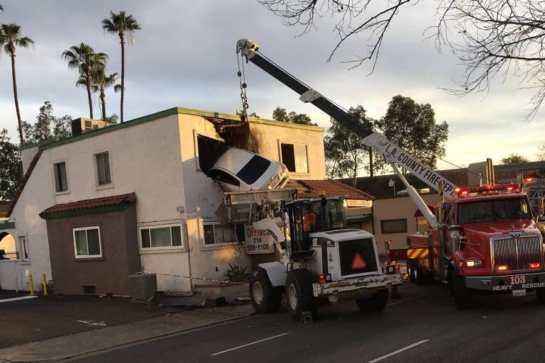 Carro fica 'cravado' em parede de andar superior de prédio, na Califórnia (EUA)