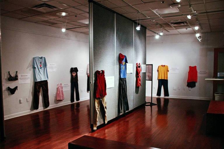 """Exposição mostra roupas """"normais"""" de vítimas de estupro no dia em que sofreram o ataque"""