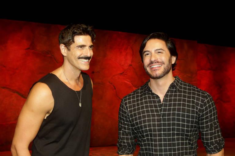 """Os atores Reynaldo Gianecchini (esq.) e Ricardo Tozzi antes da estreia da peça """"Os Guardas do Taj"""", no teatro Raul Cortez"""