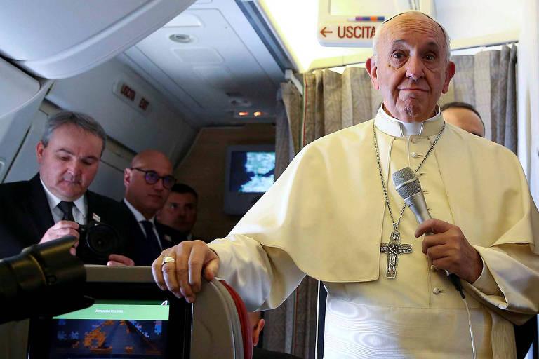 O papa Francisco conversa com a imprensa dentro do avião que o levou ao Chile nesta segunda