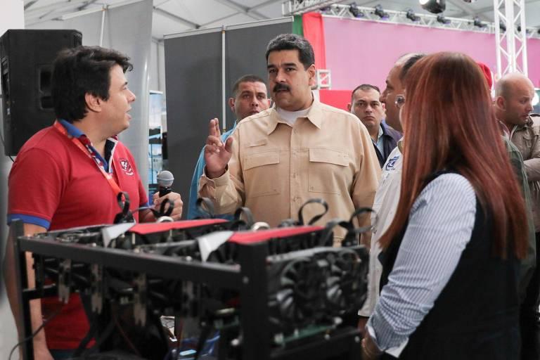 Nicolás Maduro, conversa com o presidente da Asonacip, José Ángel Álvarez, ao lançar o petro