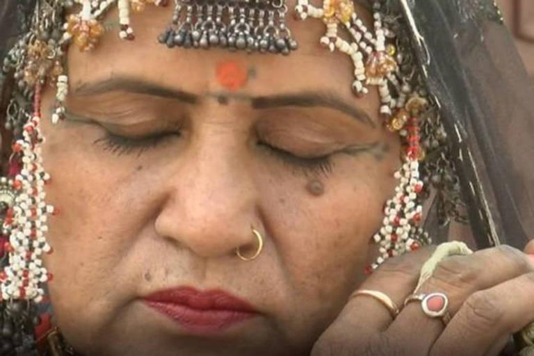 Dançarina é líder da comunidade nômade que a rejeitou quando era criança