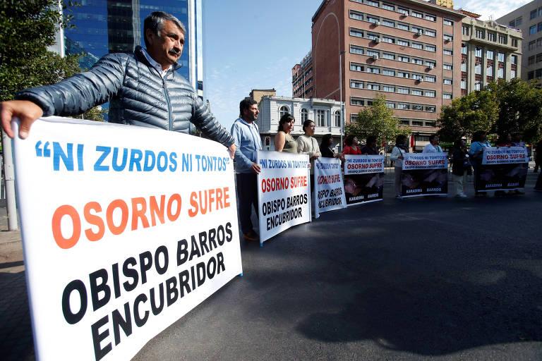 Moradores de Osorno, no sul do Chile, protestam em Santiago contra o papa por não afastar bispo