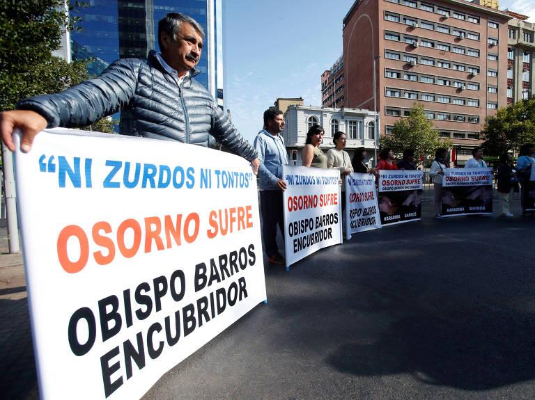 Moradores de Osorno, no sul do Chile, protestam em Santiago contra o papa por não afastar bispo – Carlos Vera/Reuters