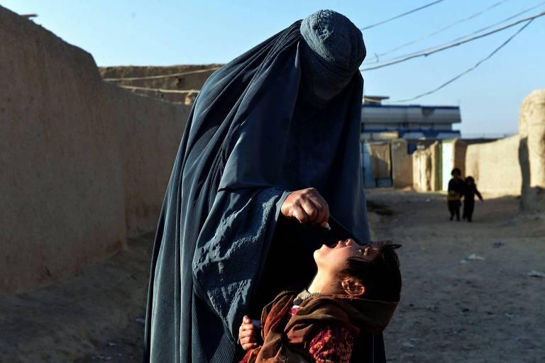 Especialista administra a vacina da pólio em criança durante campanha de vacinação em kandahar, no Afeganistão
