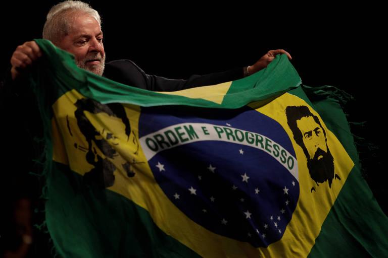 Lula segura bandeira do Brasil que ganhou de presente de apoiador