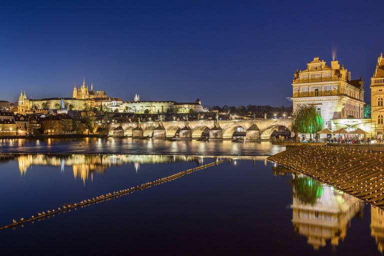 A ponte Carlos e o castelo de Praga, na cidade homônima, na República Tcheca