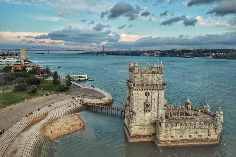Visão aérea da torre de Belém, que é cercada pelo rio Tejo. Há uma ponte que liga ela ao continente