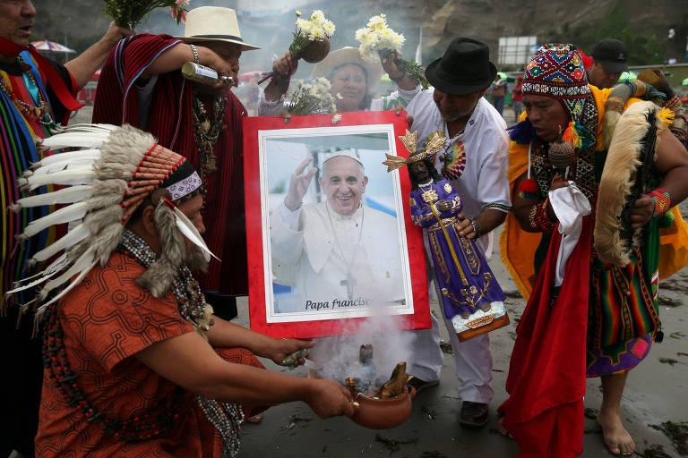 Xamãs fazem ritual em Lima com foto do papa Francisco na quarta, véspera de sua chegada ao Peru