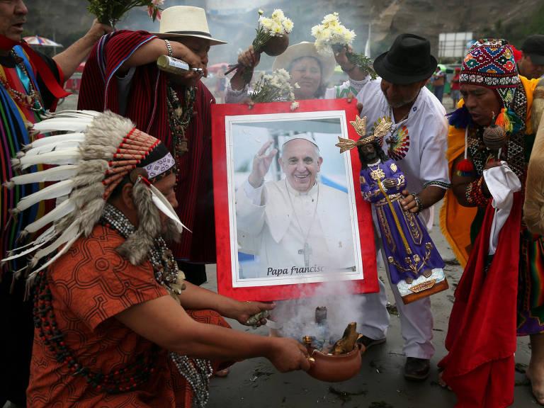 Xamãs fazem ritual em Lima com foto do papa Francisco na quarta, véspera de sua chegada ao Peru – Guadalupe Pardo/Reuters