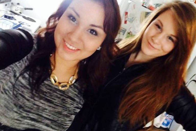 Cheyenne Antoine (à esq.) posa para selfie com cinto usado para matar Brittney Gargol (à dir.)
