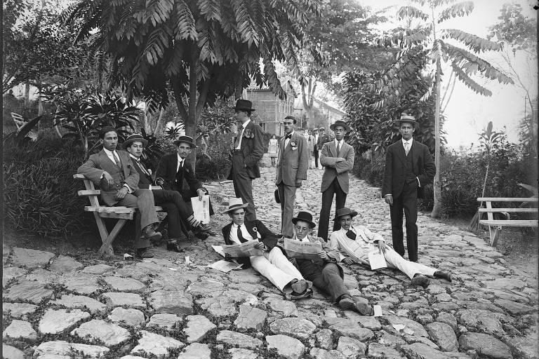 """Homens de Diamantina posam para foto em parque (1945). Imagem da mostra """"Chichico Alkmim, Fotógrafo"""", no IMS"""