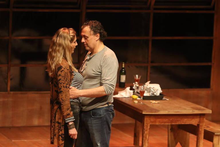 """Virginia Cavendish e Nelson Baskerville em cena da peça """"O Rio"""", no Sesc Consolação"""