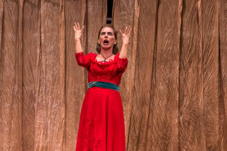 """Maitê Proença em cena da peça """"A Mulher de Bath"""""""