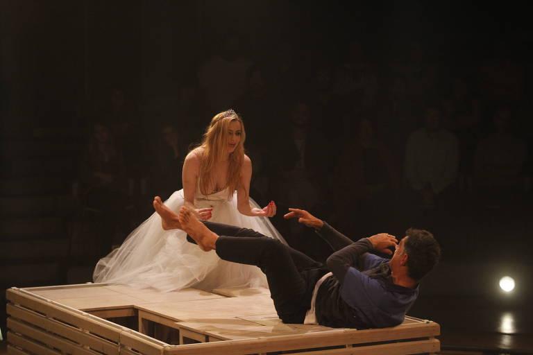 """Maria Luisa Mendonça e Eduardo Moscovis em cena do espetáculo """"Um Bonde Chamado Desejo"""", no Teatro Tucarena"""