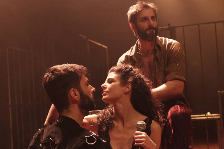 """Vitor Vieira (esq) e Natalia Gonsales e Flávio Tolezani (ao fundo) em cena de """"Carmen"""""""