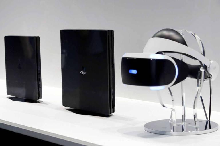 O PlayStation 4, PlayStation 4 Pro e o óculos de realidade virtual do Playstation na feira Tokyo Game Show, no Japão, em 2016